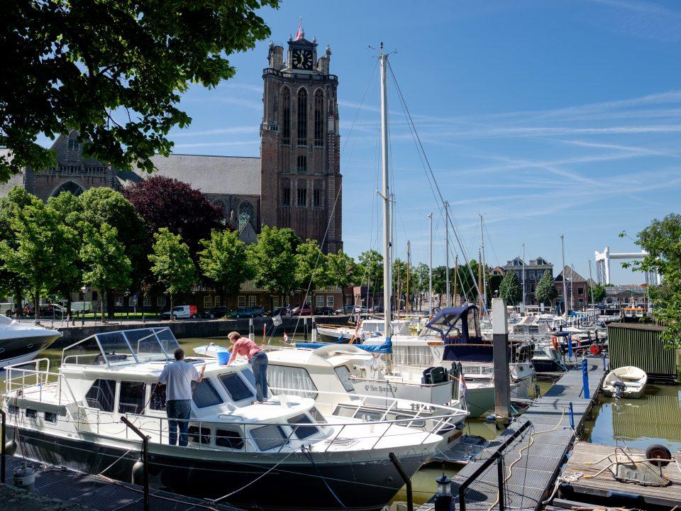Dordrecht - stadsbeeld - Maartensgat - Grote Kerk - jachthaven - boot