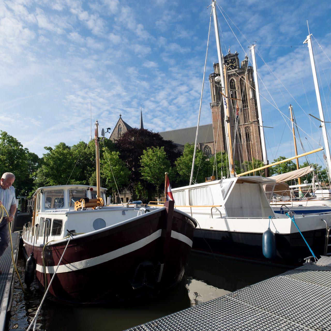 Dordrecht - stadsbeeld - Maartensgat - Grote Kerk - jachthaven - schipper - boot