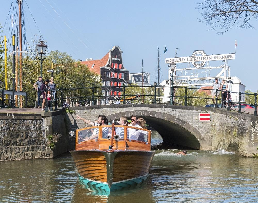 Historische havens - Dordrecht - Nieuwe Haven - Kuipershaven - Imbarcazione Barone - rondvaart - Dok Straatman - Pakhuis Stokholm - Roobrug - water - boot - varen