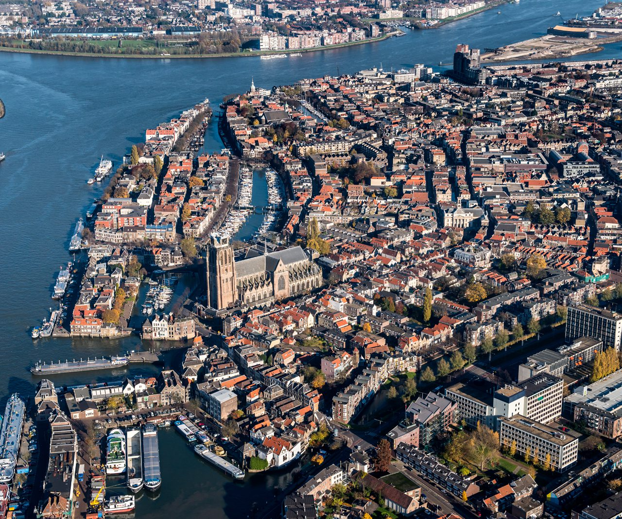 Luchtfoto-Dordrecht-drierivierenpunt-Grote-Kerk