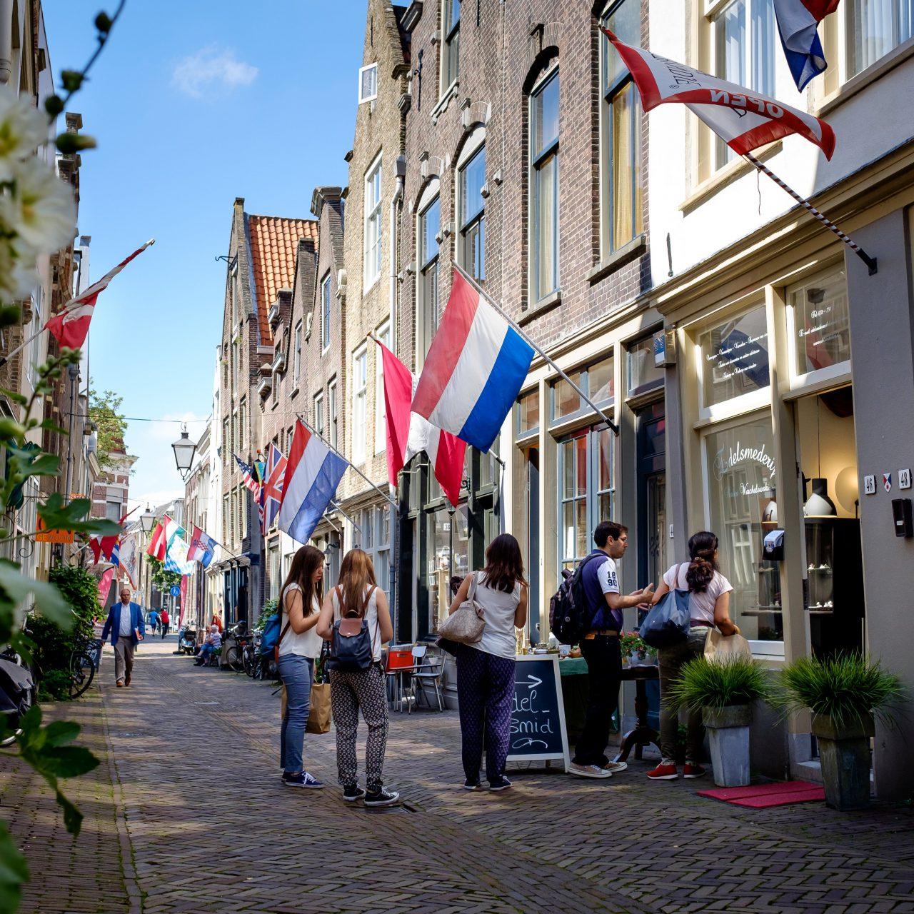 Vleeshouwerstraat - Dordrecht - winkelen - jongeren - Nederlandse vlag - Kunstrondje Dordt